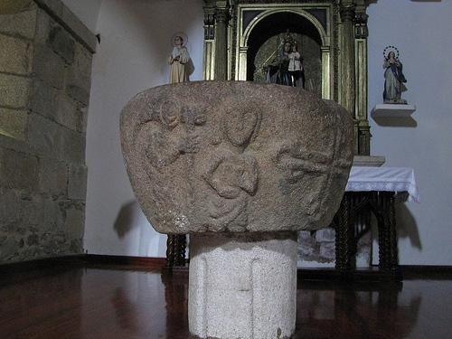 Iglesia-Santa-María-de-Azogue-pila-bautismal