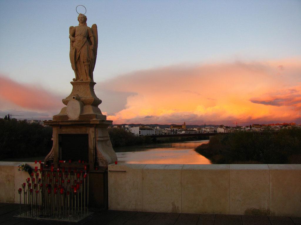 Puente-romano-de-cordoba-estatua-Arcángel-San-Rafael-2