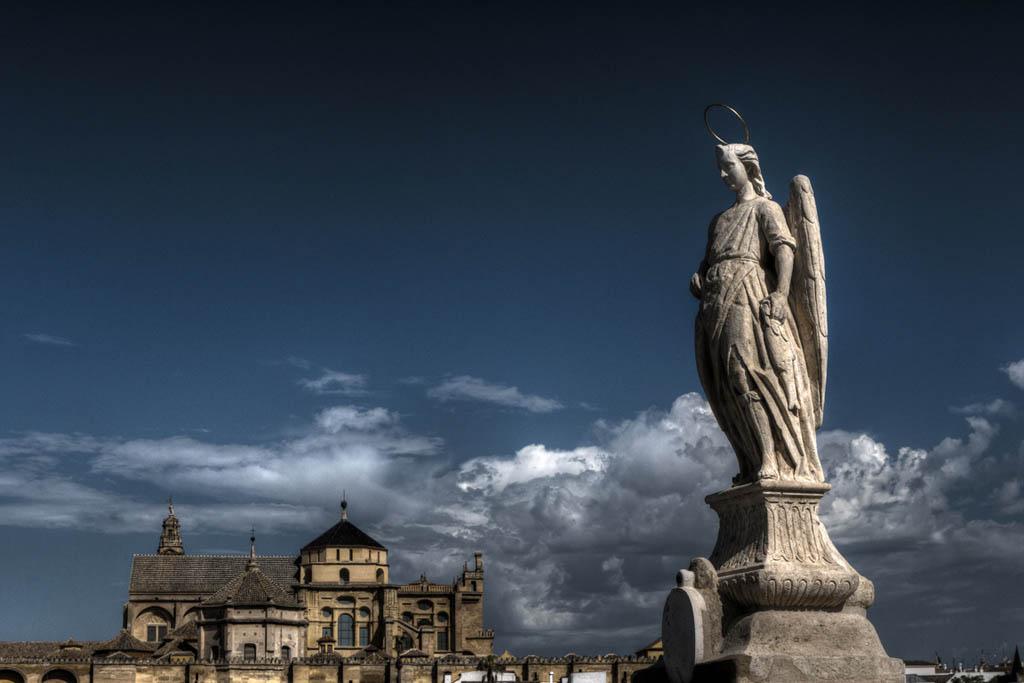 Puente-romano-de-cordoba-estatua-Arcángel-San-Rafael