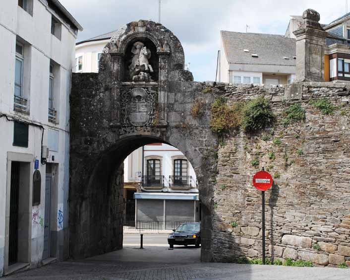 muralla-romana-lugo-puerta-santiago-2