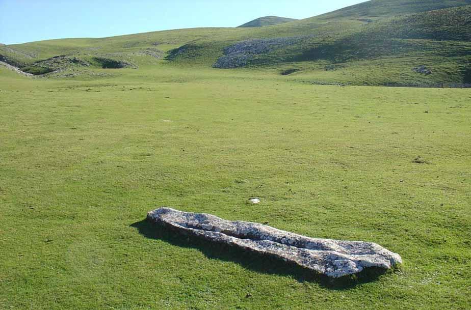 dolmen-de-jentilarri-menhir-de-saltarri