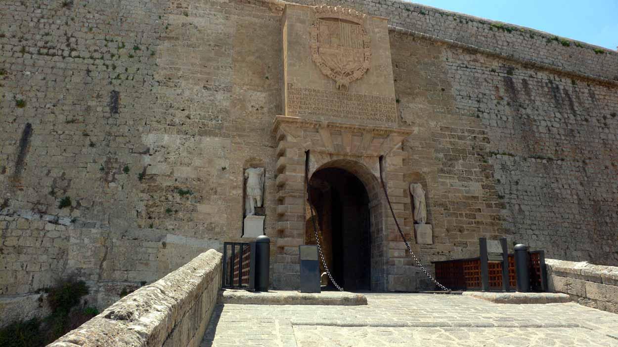 dalt-vila-portal-Ses-taules