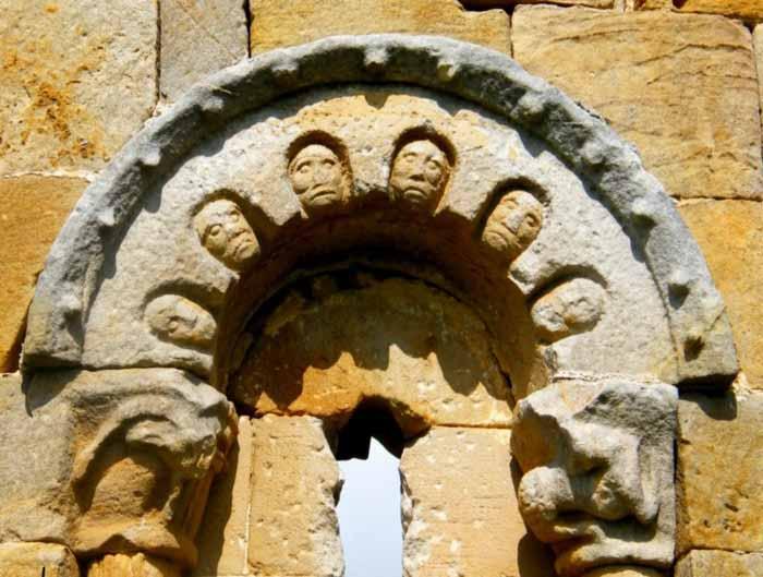 ermita-de-san-pantaleon-de-losa-ventana-caras